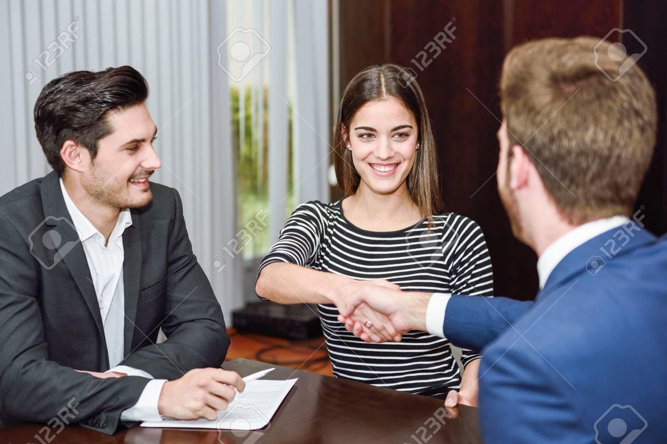 Frau wir nach der Unterzeichung des Lehrvertrages gratuliert